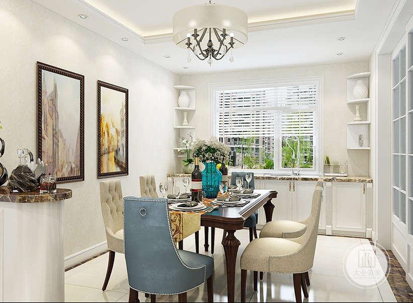 白色百叶窗,美观干净易于打理,墙角同色系工艺品装饰,厚重边框装饰画,,构成室内华美厚重的气氛。