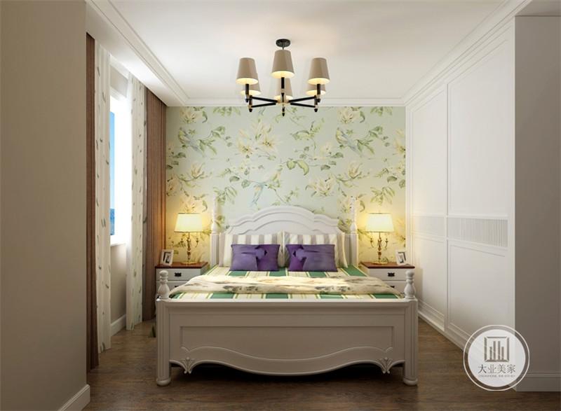 卧室采用浅绿色花草壁纸,床的两侧采用白色床头柜。