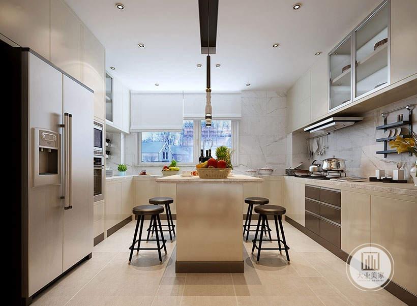 厨房墙面铺贴灰色瓷砖,地面铺设浅黄色木纹砖,橱柜的柜门大部分都采用浅黄色实木板。