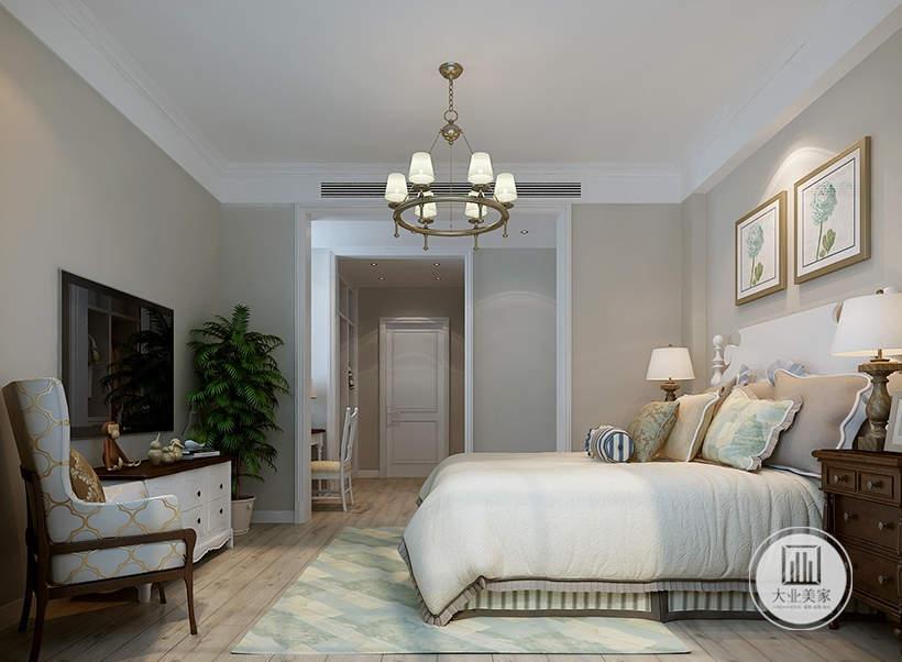 卧室床头背景墙采用浅黄色壁纸,墙面悬挂现代装饰画,床的两侧采用红木床头柜,床尾的部分采用白色橱柜上面摆放电视机。