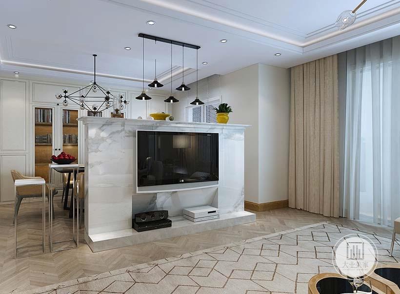 客厅影视墙采用大理石墙面,电视机下的一部分向内凹陷,墙的另一侧是餐厅。