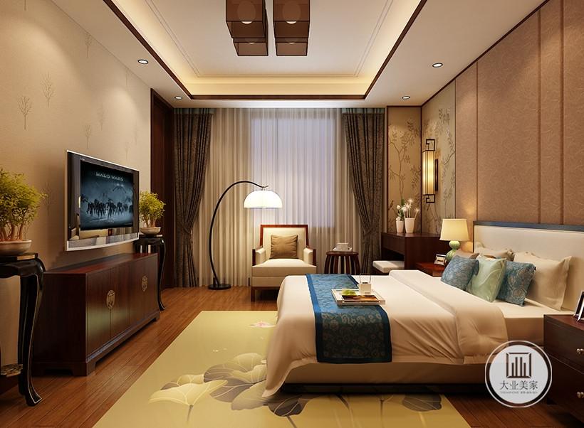 次卧室装修效果图:地面采用深色木地板,搭配浅黄色地毯,床尾采用红木电视柜。