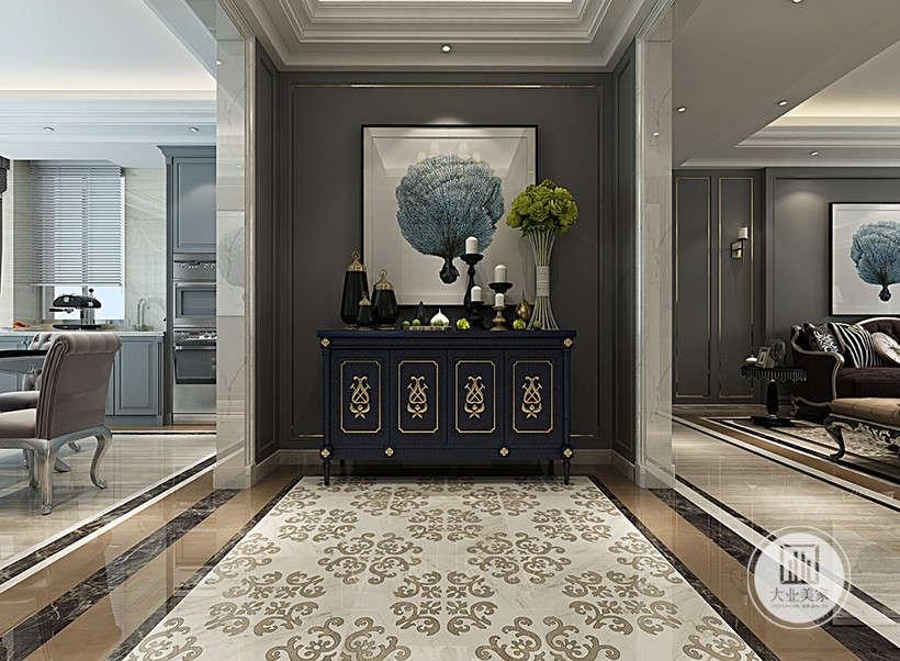 玄关采用门套隔断,不同颜色的大理石地板划分区域,古典家具浪漫气质,精致挂画,家纺花艺装点,搭建起家居高贵气质。