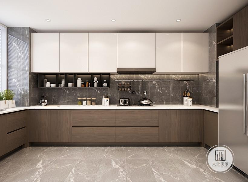 厨房墙面铺设灰色花纹砖,地面铺设浅色瓷砖,顶柜采用白色,底柜采用实木门板。