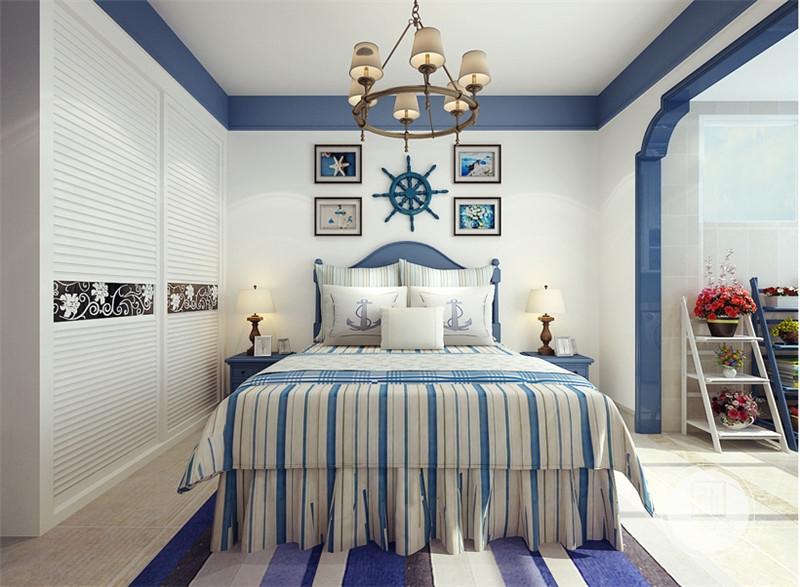卧室床头背景墙采用深蓝色轮船方向盘,搭配四幅带有蓝色的装饰画,床的两侧采用蓝色实木床头柜。
