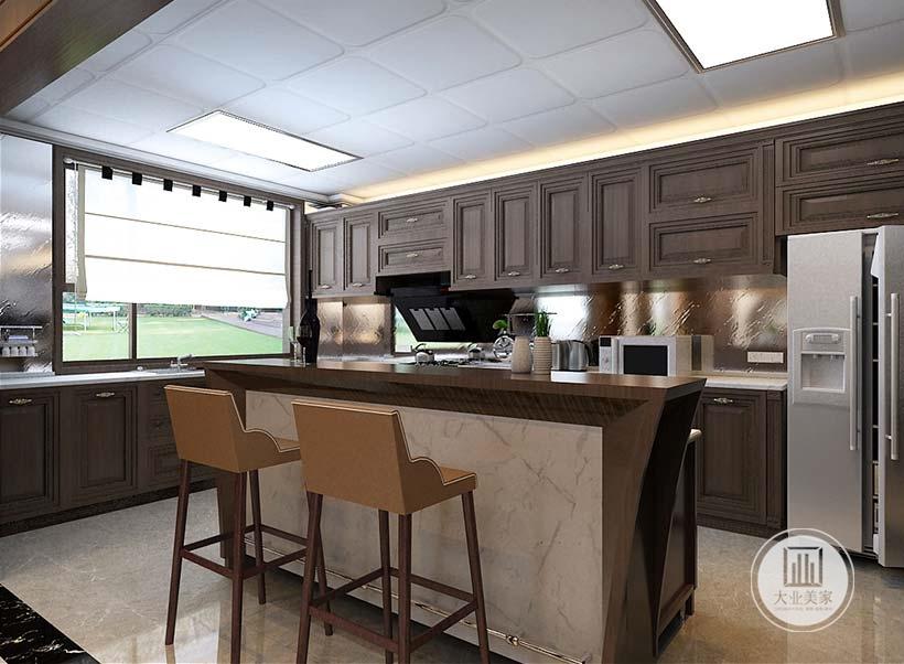 厨房中岛台面采用黄花梨木,墙面铺贴银色壁纸,柜门都采用黑檀木材料。
