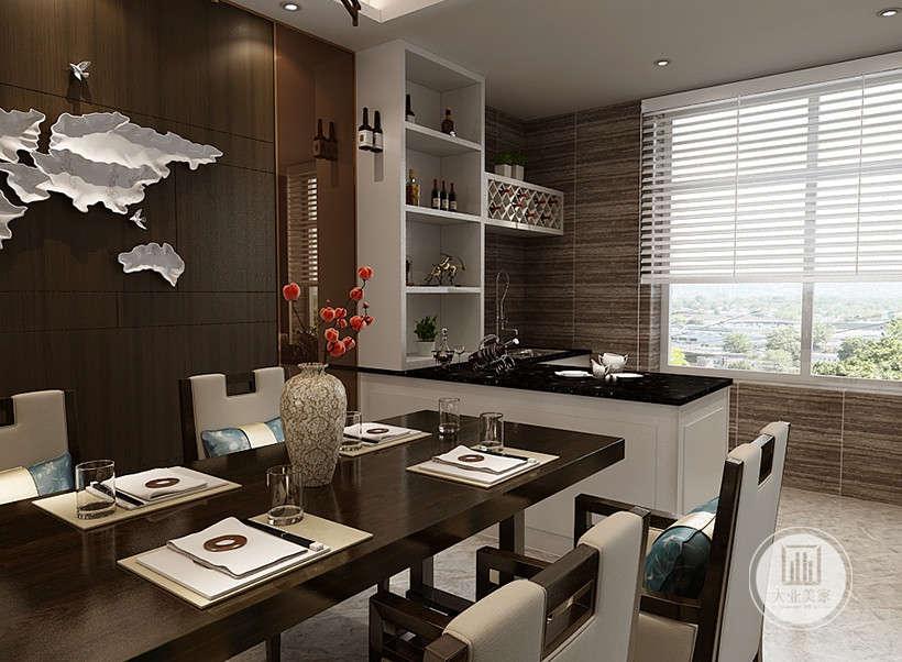 白色百叶窗易打理,采光通风性能极佳,精致黑色餐桌,十分有质感,圈式餐椅具有传统家具的特点,皮质椅面又柔软舒适。