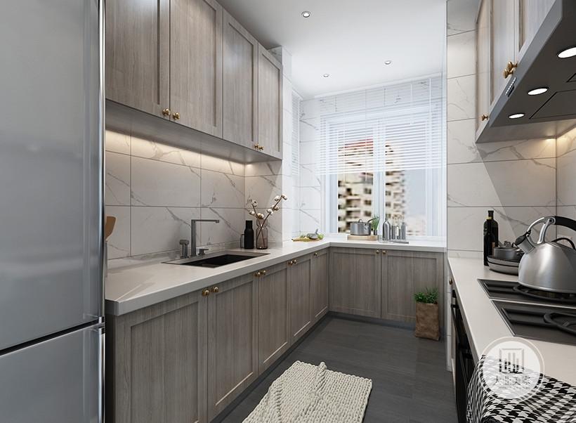 厨房墙面铺贴白色瓷砖,地面铺贴灰色木纹砖,柜门都采用原木色。