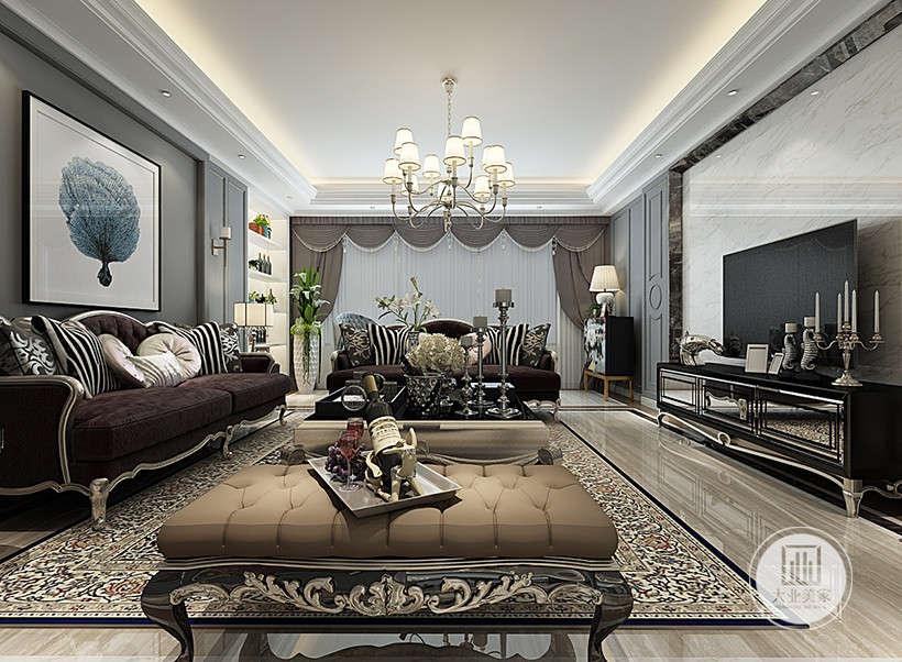 古典线条花纹茶几,精炼雅致,客厅设计曲线少,平直表面多,显得更加轻盈优美,浪漫优雅窗帘布艺,描绘出居室主人高雅、贵族之身份。