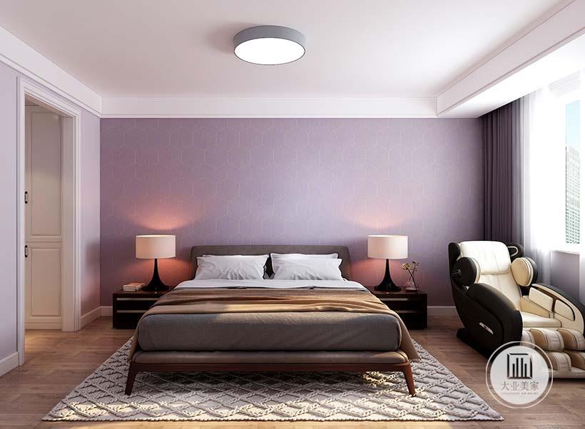 床头背景墙采用紫色壁纸,床的两侧采用黑檀木床头柜。