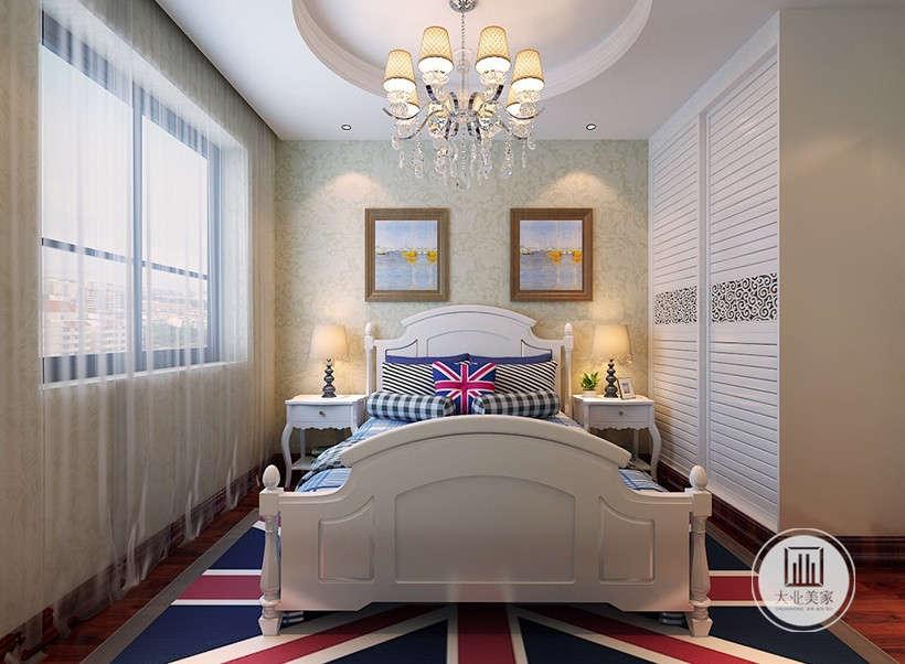 薄纱帷幔侧卧,复古蓝格子床单,雅致严肃,旗子线条抱枕,与地毯相互呼应。