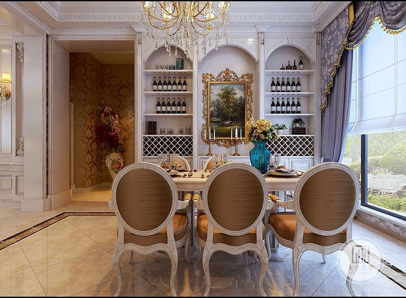 内嵌式酒柜,不占用实地面积,自然大方,城堡式风格线条装饰,中间搭配古典装饰挂画,美观实用。