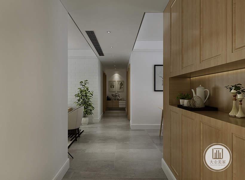 客厅入户空间的橱柜采用实木衣柜。