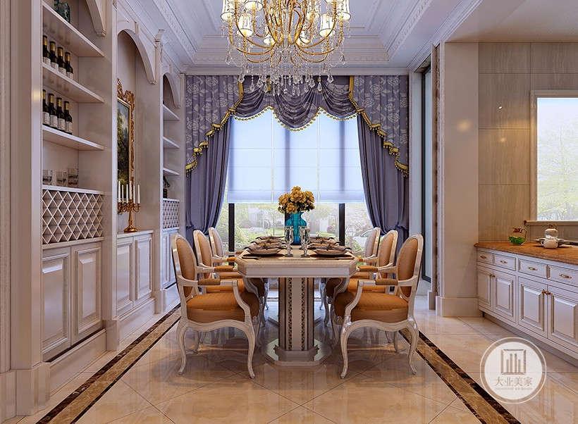水晶珠链吊灯,柔软华美餐椅布艺,有些浪漫的小资情调,却又具备实用功能。