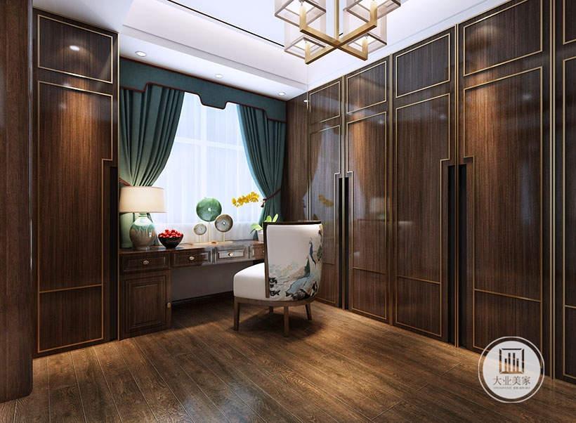 衣帽间地面铺设深色木地板,橱柜都采用红木材料,靠窗的一侧采用红木书桌。