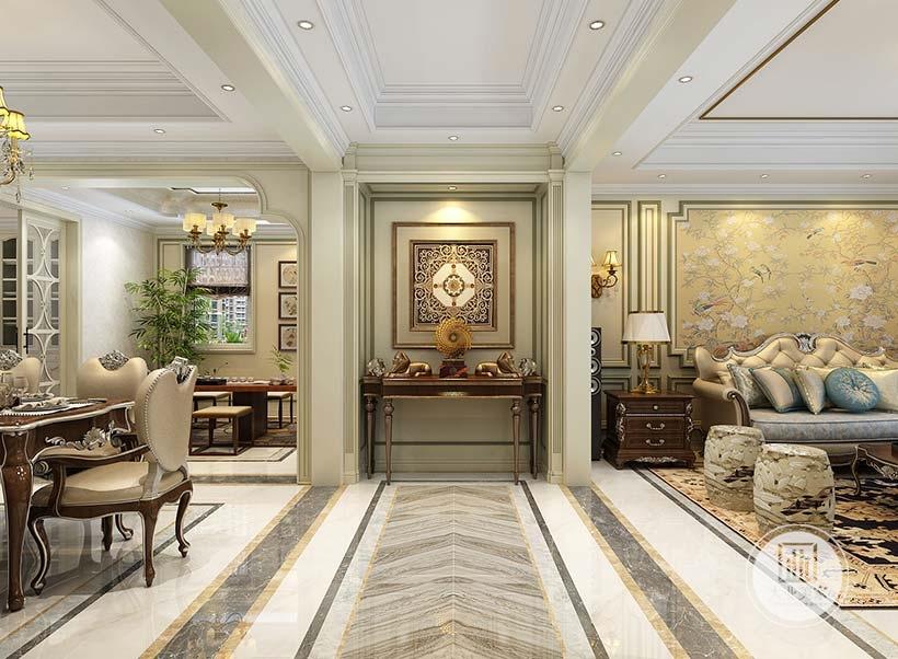 入户玄关采用墙面采用绿色壁纸,墙面悬挂欧式风格装饰,搭配红木橱柜。