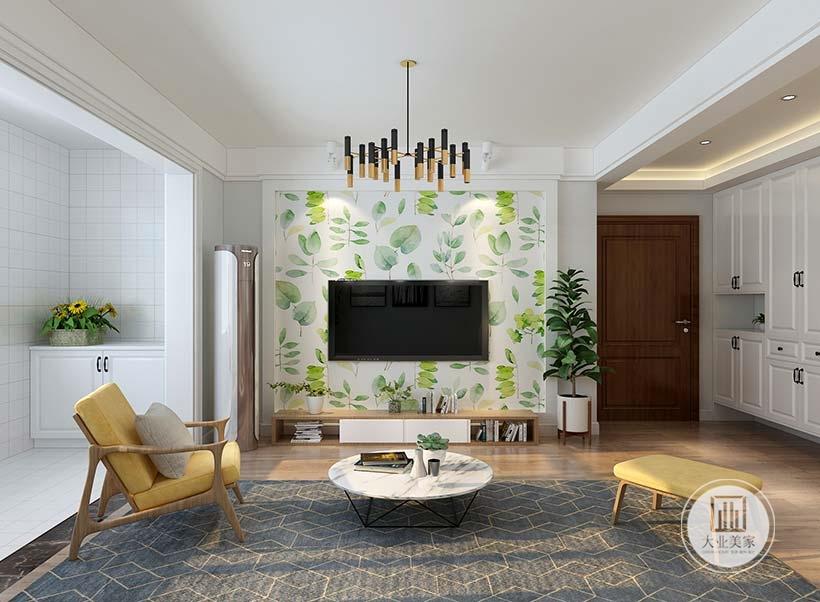 客厅影视墙采用绿色植物壁纸,电视柜采用实木柜,一侧摆放绿植装饰。