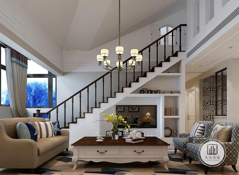 客厅影视墙采用嵌入式设计,墙面嵌入到楼梯下面的部分并且不做任何颜色装饰,剩余的部分做成书柜增加收纳空间。
