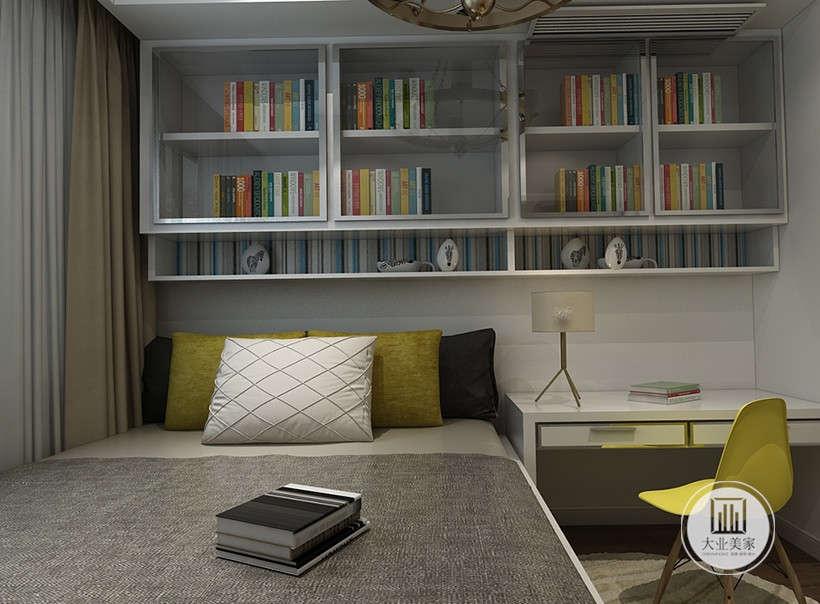 书房采用榻榻米增强收纳,一侧是白色书桌,上方是顶柜用作书架。