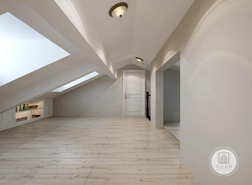 顶层阁楼不摆放任何家具,靠近天窗的一侧做了简单的收纳空间。