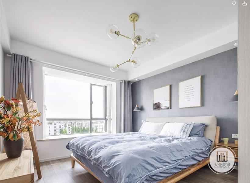 次卧室采用深紫色的壁布,墙面采用英文诗句和风景画装饰,床的两侧采用实木床头柜。