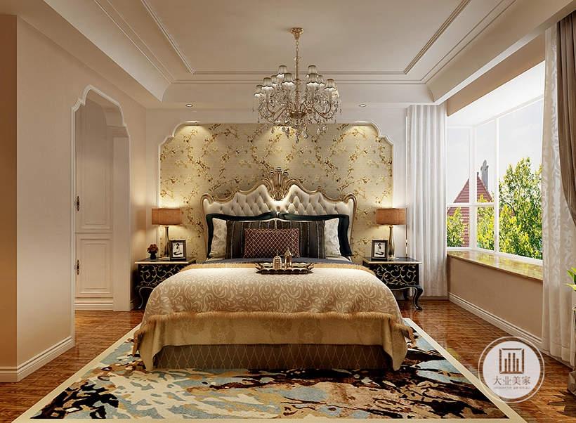 主卧室采用床头背景墙采用欧式金色花纹壁纸,床的两侧采用黑色镶金纹的床头柜,一侧的窗户采用飘窗的设计。