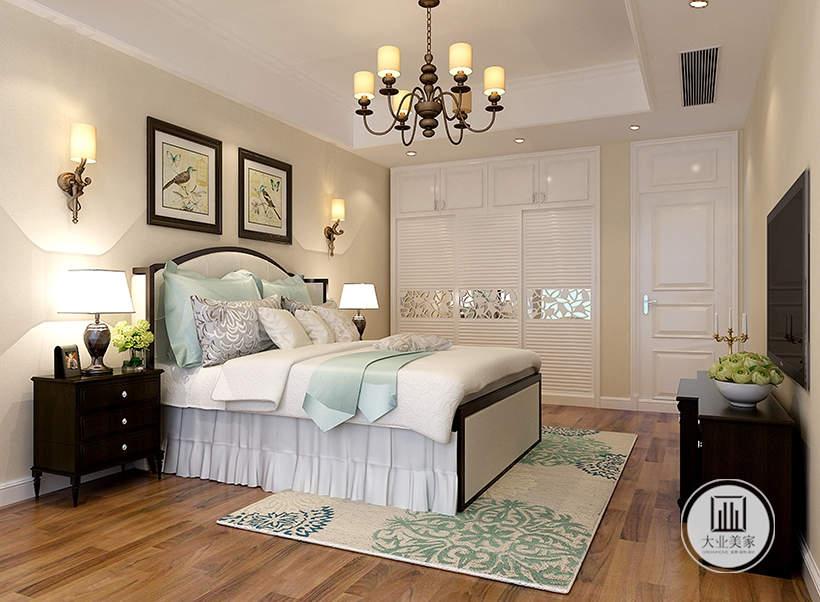 卧室床头背景墙铺贴浅黄色壁纸,墙面采用两幅装饰画,床尾采用电视和黑檀木电视柜。