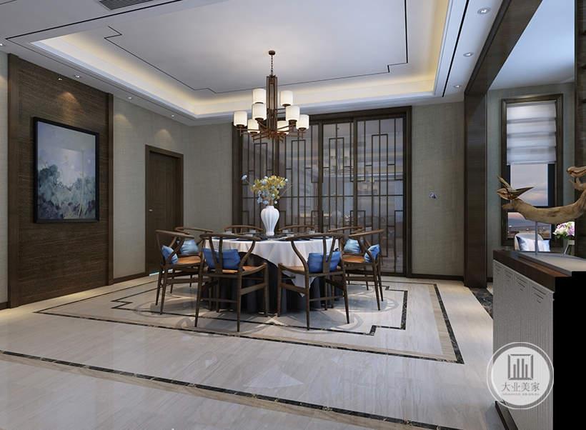 餐厅餐桌餐桌都采用黄花梨材料,一侧的门采用中式风格实木框架,一侧的墙面采用实木护墙板搭配浅色中式挂画。