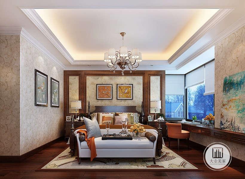 金色花纹壁纸,大气漂亮,墙面无过多装饰,只有两幅仿古艺术品挂画,简单富有历史气息,下拉式窗帘实用性极强。