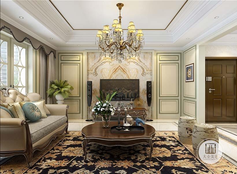 客厅影视墙采用大理石护墙板,两侧墙面采用浅绿色装饰,搭配深绿色的石膏线。