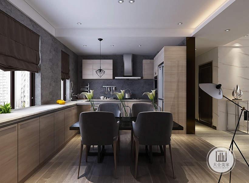 餐厅的厨房采用开放式厨房,墙面采用深黑色壁纸,橱柜的柜门都采用实木材料。