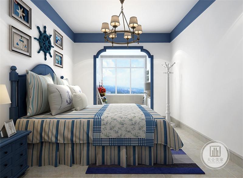 卧室阳台一侧放置白色衣架,阳台空间摆放白色实木置物架,上面摆放绿植装饰。