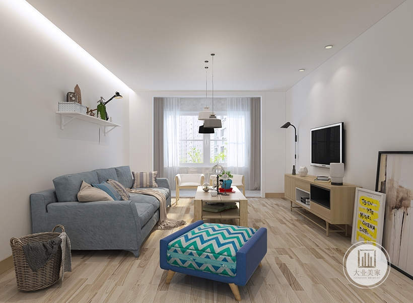 客厅的影视墙和背景墙没有任何颜色装饰,只在背景墙上放置一个简易植物架,上面摆放绿植装饰,沙发茶几都采用原木材料。