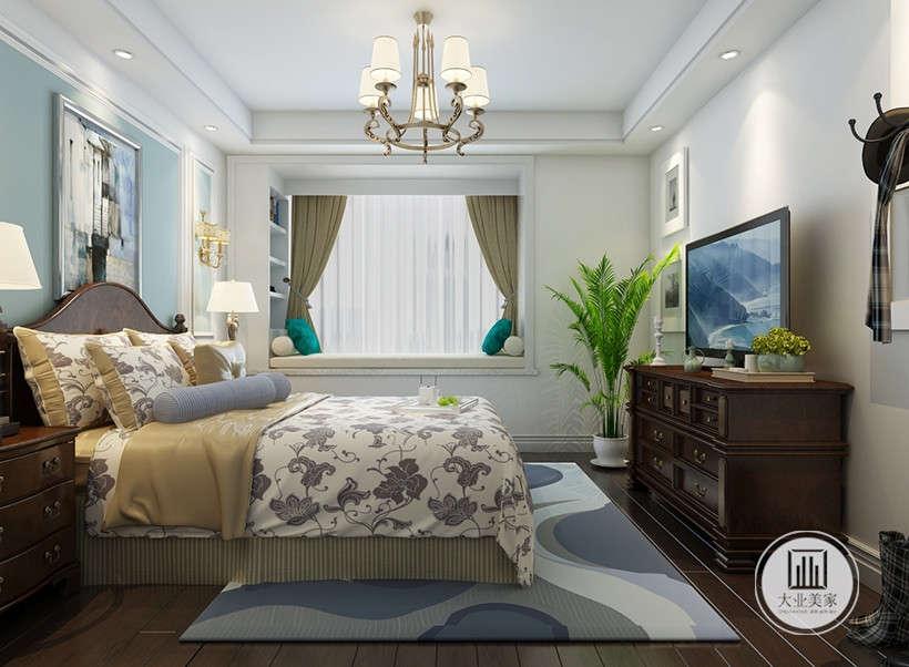 家居用品主要以功能性和实用舒适为考虑的重点,铁艺吊灯光线温和,花纹布艺柔软美观,居室在软装和用色上非常统一。