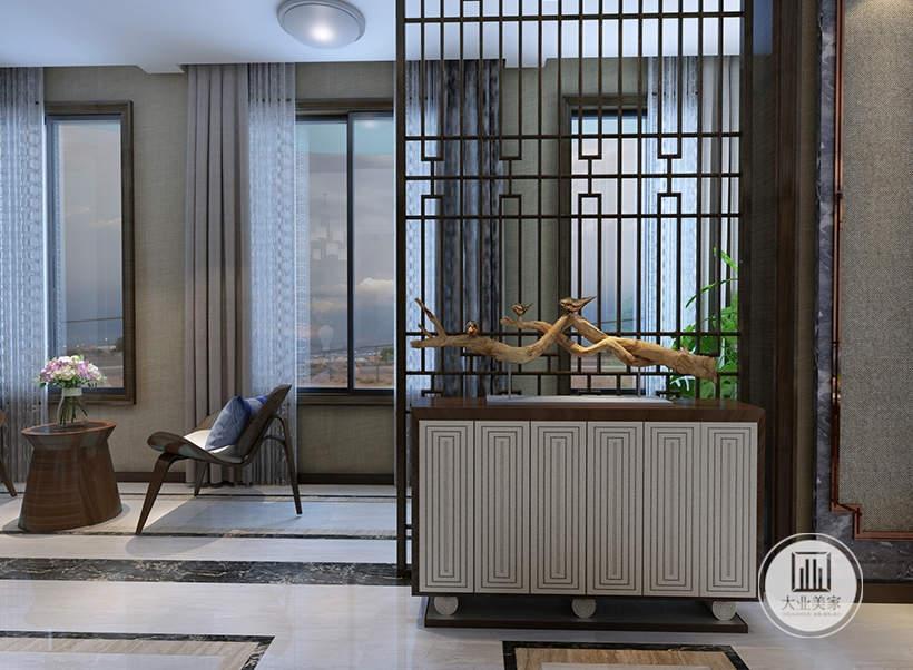 客厅阳台和客厅的部分采用中式镂空屏风。