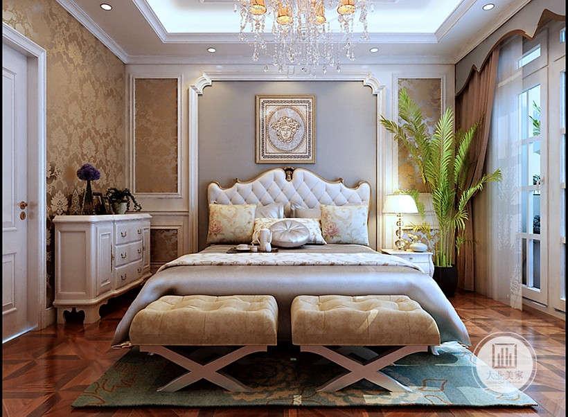 柔软床头护板,保护墙体与床不直接接触,欧式花纹地毯带来舒适脚感同时又增加了室内温暖效果。