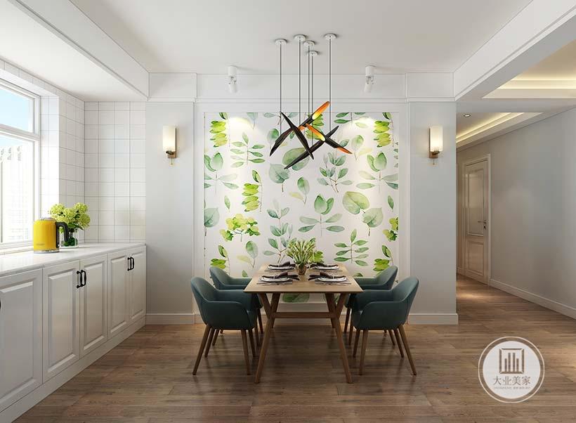餐厅的餐桌餐椅采用实木壁纸,一侧的墙面采用绿色花草壁纸,两侧采用浅蓝色壁纸。