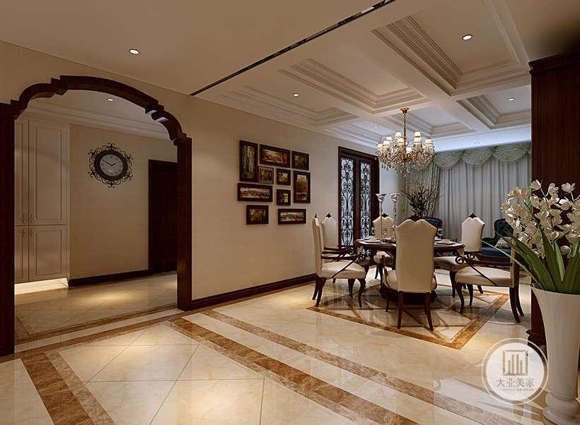 大理石地面,以暗金色线条划分区域,大气整洁,白色皮质餐椅,高端舒适,复古风拱形门框,营造典雅、自然、高贵的气质。