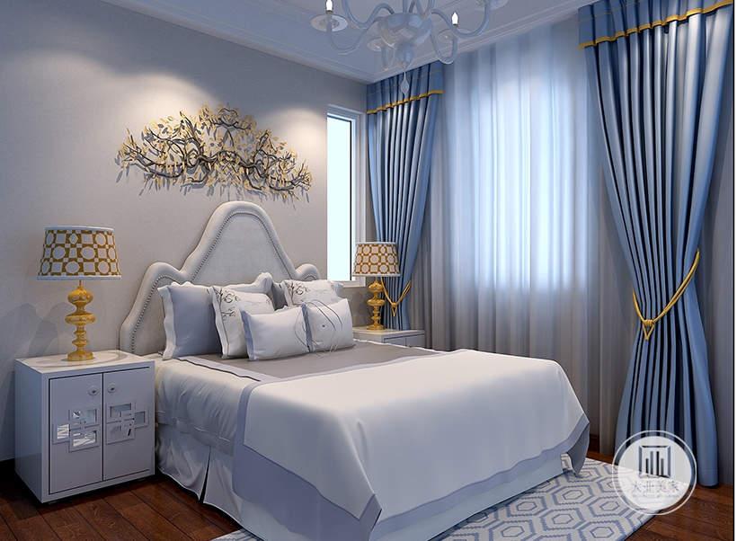 床头背景墙悬挂树形装饰物,床的两侧采用白色床头柜,地面铺设木地板搭配白色地毯。