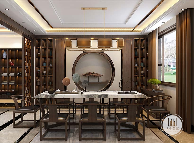 餐厅餐桌餐椅采用红木材料,一侧的墙面采用圆形嵌入式壁龛,在圆形中心摆放木雕艺术品,两侧采用红木书柜。