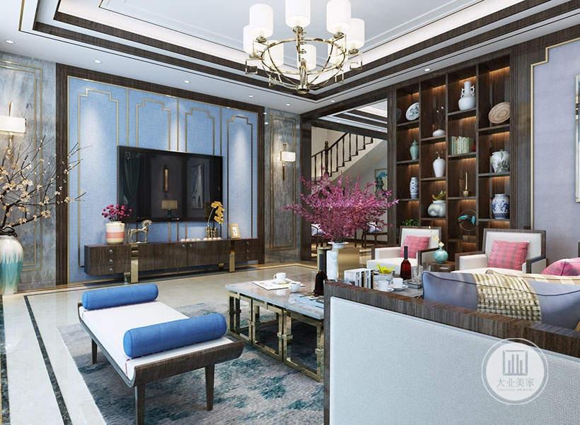 影视墙采用蓝色壁布搭配金属框,电视柜采用红木材料,地面铺贴白色瓷砖,搭配灰绿色的地毯。
