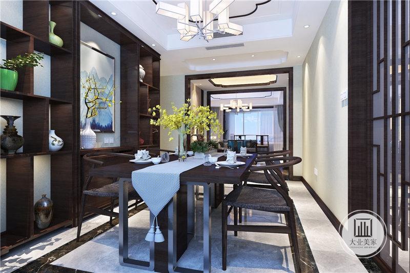 餐厅采用黑檀木材料,一侧墙面采用红木收纳柜。