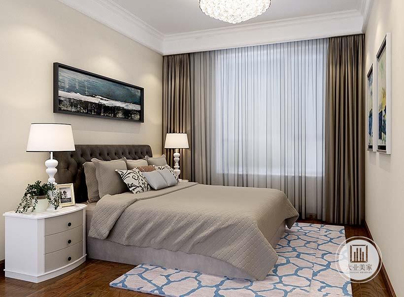 卧室床头背景墙采用浅黄色壁纸,地面铺设深色木地板,床的两侧放置白色床头柜。