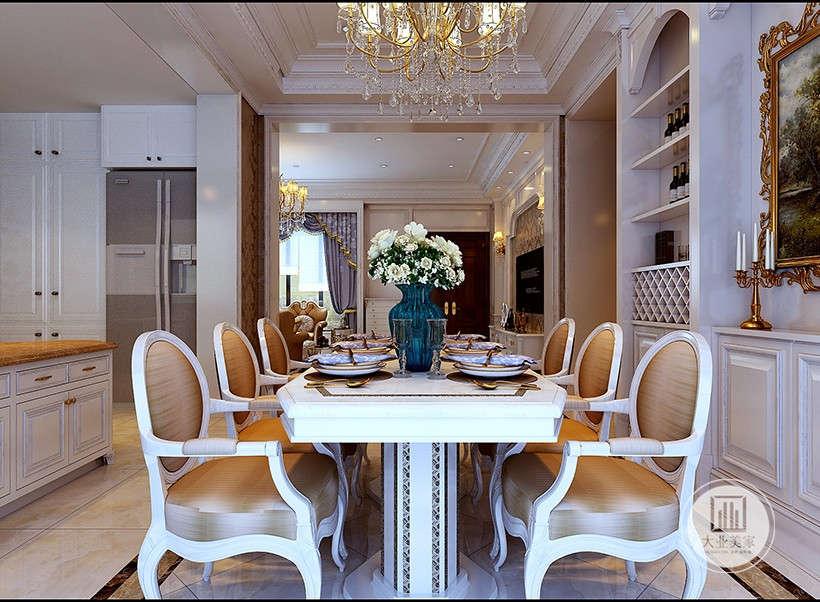 圆形靠背圈椅,休闲舒适、6人餐桌格局华丽大气,酒柜就在餐桌侧方,方便拿取,又起到了装饰作用。