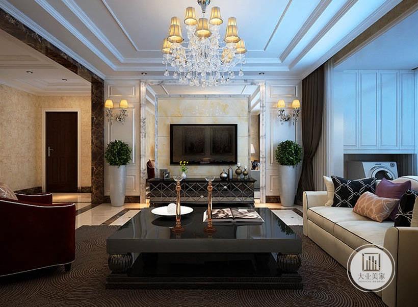 宽敞明亮的吊顶,优雅高贵的比率以及室内的浮雕元素,触感柔软的沙发布艺,都是一个纯粹古典家具空间不可或缺的。