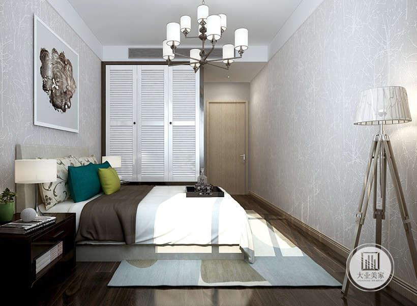 浅灰色墙纸,没有任何墙饰,经典黑白布艺组合,室内空间大而不空,表达了现代人追究简约,舍去心灵繁杂的追求。