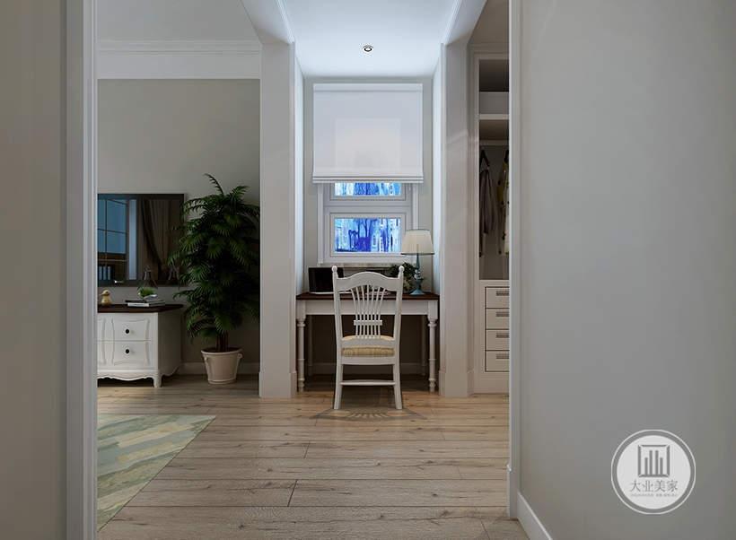 卧室的外侧小空间采用白色实木书桌。