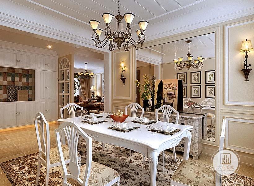餐厅餐桌采用白色实木美式风格,一侧的墙面采用镜面装饰,增强了空间感也增加了室内采光。