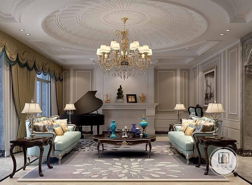 沙发墙采用白色石膏线,一侧放置黑色钢琴,蓝色真皮沙发按照两侧相对的布置,搭配黑檀木茶几。