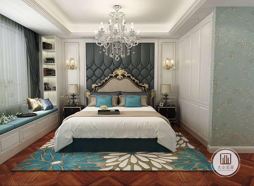 主卧室床头背景墙采用深蓝色布艺材料,两侧搭配白色实木护墙板,床的两侧采用黑檀木床头柜。